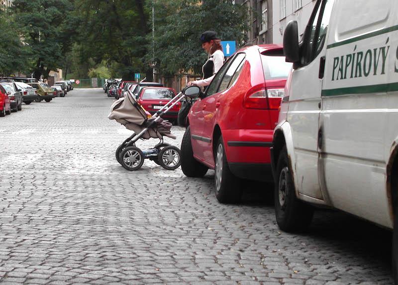 přecházení ulice s kočárkem